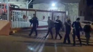 مقطع فيديو بثته هيئة البث العام 'كان' في 4 يونيو، 2020، تظهر فيه قوات الشرطة خلال اعتقالها لمشتبه به لضلوعه في الاعتداء على عضو الكنيست السابق عن حزب 'الليكود'، يهودا غليك، في حي وادي الجوز بالقدس الشرقية.  (Screen capture: Twitter)