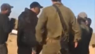 مواجهة بين جنديين إسرائيليين وشبان بدو عند مدخل قرية بئر هداج في النقب، 31 مايو، 2020.(Screenshot: YouTube)