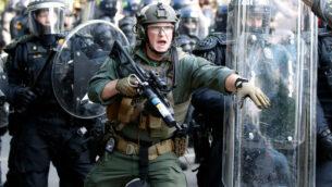الشرطة تبدأ في اخلاء المتظاهرين المحتجين على وفاة جورج فلويد، بالقرب من البيت الأبيض في واشنطن، 1 يونيو 2020. (AP / Alex Brandon)