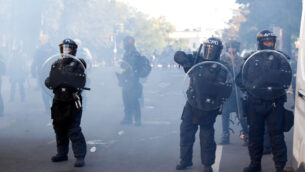 الشرطة تخلي المتظاهرين من لافاييت بارك خلال احتجاجات على وفاة جورج فلويد، في واشنطن، 1 يونيو 2020. (AP / Alex Brandon)