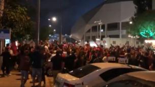 المئات من مشجعي نادي كرة القدم هابوعيل تل أبيب يحتفلون بفوز الفريق خارج ملعب بلومفيلد في تل أبيب، دون الالتزام بقواعد التباعد الاجتماعي، 2 يونيو 2020 (Screenshot: Twitter)