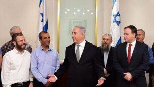توضيحية: رئيس الوزراء بنيامين نتنياهو (وسط) يلتقي بقادة المستوطنين في مكتبه، 25 فبراير، 2018. (Amos Ben Gershom/GPO/File)