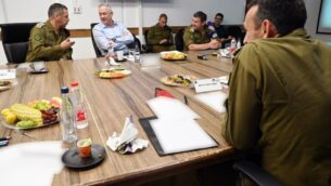 وزير الدفاع بيني غانتس، وسط، يلتقي برئيس هيئة أركان الجيش الإسرائيلي أفيف كوخافي، يسار، وقائد المنطقة الجنوبية هرتسي هاليفي، يمين، في جنوب إسرائيل، 26 مايو، 2020.(Ariel Hermoni/Defense Ministry)