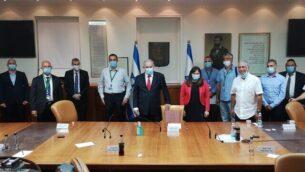 رئيس الوزراء بنيامين نتنياهو (الخامس من اليسار) ووزير الاستيطان تسيبي حاطوفيلي (السادسة من اليسار) يلتقيان بقادة المستوطنين في مكتب رئيس الوزراء، 7 يونيو، 2020. (Courtesy)