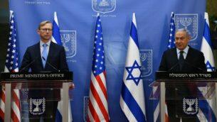 رئيس الوزراء بنيامين نتنياهو، يمين، يلتقي بالممثل الأمريكي الخاص لإيران براين هوك في القدس، 30 يونيو 2020. (Haim Tzach / GPO)