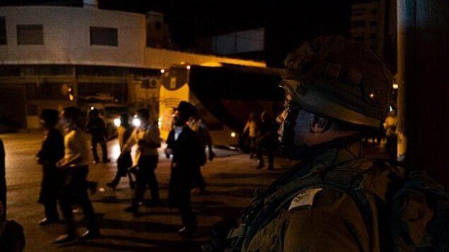 توضيحية: جنود إسرائيليون يوفرون الحراسة لمصلين يهود في قبر يوسف قرب مدينة نابلس في الضفة الغربية، 29 يوليو، 2019. (IDF)
