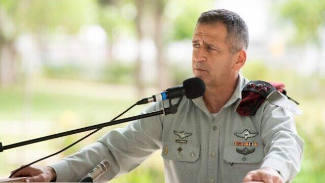 رئيس هيئة أركان الجيش الإسرائيلي أفيف كوخافي يتحدث خلال مراسم أقيمت في مقر قيادة الجيش في تل أبيب، 18 يونيو، 2020. (Israel Defense Forces)