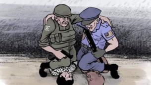 جندي إسرائيلي وشرطي أمريكي يجثوان بركبتيهما على رجل فلسطيني وآخر أسود البشرة. (Al-Hayat al-Jadida screenshot)