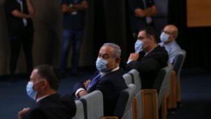 صورة توضيحية: رئيس الوزراء بنيامين نتنياهو (يمين) مع مدير عام وزارة الصحة موشيه بار سيمان-طوف، في مؤتمر صحفي حول فيروس كورونا، في وزارة الصحة في القدس، 4 مارس 2020. (Olivier Fitoussi / Flash90)