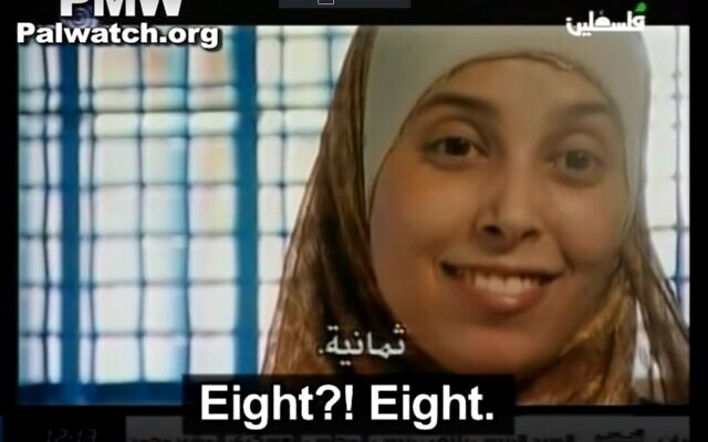 أحلام التميمي بعد إبلاغها بأن ثمانية أطفال قُتلوا في تفجير مطعم 'سبارو' في عام 2001 الذي شاركت في التخطيط له.  (Screenshot)
