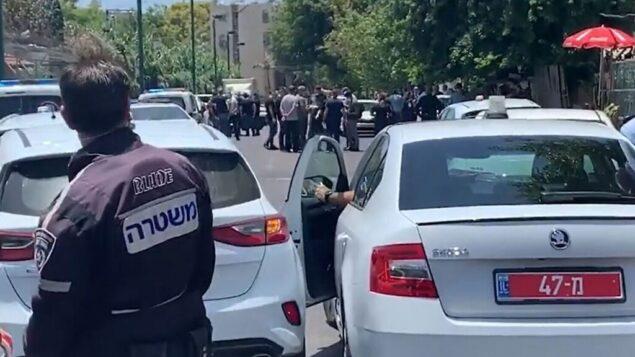 المقع في يافا حيث قتل رجل بالرصاص وأصيب طفل عمره 12 عامًا بجروح خطيرة، 16 يونيو 2020 (Screen grab / Ynet)