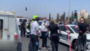 عناصر شرطة ومسعفون في مكان إطلاق نار من سيارة بالقرب من مدينة اللد، 6 يونيو 2020 (Screen grab / Channel 12 news)