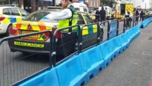 مسعفون في موقع هجوم طعن ضد رجل يهودي متشدد في لندن، 12 يونيو 2020. (Screen capture/Twitter)