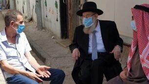 الحاخام الأشكنازي الأكبر لمدينة القدس، أرييه شتيرين (وسط)، يتحدث مع أفراد عائلة إياد الحلاق خلال زيارة قام بها للعائلة لتقديم تعازيه، 2 يونيو، 2020. (Courtesy: Jerusalem Municipality)