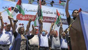 زعيم حماس يحيى السنوار (الرابع من اليسار) يشارك في مسيرة بينما دعا الفلسطينيون إلى 'يوم غضب' للاحتجاج على خطة إسرائيل لضم أجزاء من الضفة الغربية، في مدينة غزة، 1 يوليو 2020. (MAHMUD HAMS / AFP)