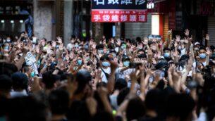 متظاهرون يرددون شعارات خلال مسيرة ضد قانون الأمن القومي الجديد في هونغ كونغ، 1 يوليو 2020 (ANTHONY WALLACE / AFP)