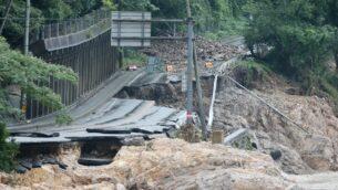 طريق مدمر بعد هطول أمطار غزيرة بالقرب من نهر كوما في أشيكيتا، محافظة كوماموتو، اليابان، 6 يوليو 2020 (STR / JIJI PRESS / AFP)