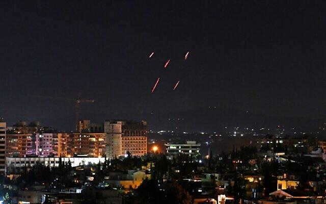 صورة توضيحية: الدفاعات الجوية السورية ترد على صواريخ إسرائيلية مزعومة استهدفت موقعا في جنوب العاصمة دمشق، 20 يوليو 2020 (AFP)