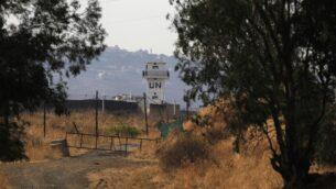 صورة التقطت من الجانب الإسرائيلي للخط الأزرق الذي يفصل بين إسرائيل ولبنان، تظهر برج مراقبة تابع لقوة الأمم المتحدة لحفظ السلام (اليونيفيل)، وسط اشتباكات في المنطقة الحدودية، 27 يوليو 2020 (Jalaa MAREY / AFP)