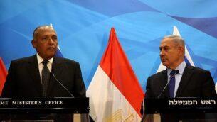 رئيس الوزراء بنيامين نتنياهو يلتقي بوزير الخارجية المصري سامح شكري في ديوان رئيس الوزراء في القدس، الأحد، 10 يوليو، 2016. (AFP PHOTO/GALI TIBBON)