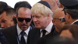 وزير الخارجية البريطاني حينذاك بورس جونسون يشارك في جناز الرئيس الإسرائيلي السابق والحائز على جائزة نوبل للسلام، شمعون بيرس، في مقبرة 'جبل هرتسل' بالقدس، 30 سبتمبر، 2016. (AFP/Thomas Coex)