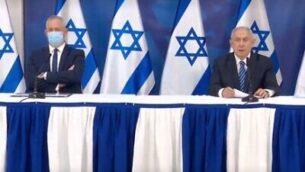 وزير الدفاع بيني غانتس (من اليسار) ورئيس الوزراء بنيامين نتنياهو خلال إحاطة صحفية، 27 يوليو، 2020. (Gobi Gideon/GPO)