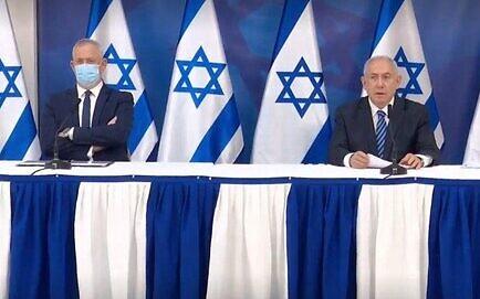 وزير الدفاع بيني غانتس (يسار) ورئيس الوزراء بنيامين نتنياهو في مؤتمر صحفي، 27 يوليو 2020 (Gobi Gideon / GPO)