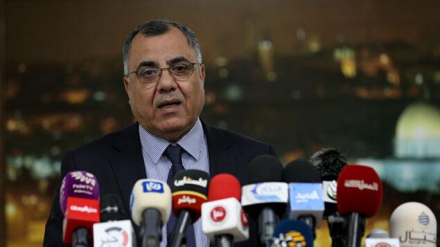 إبراهيم ملحم، المتحدث باسم حكومة السلطة الفلسطينية، خلال مؤتمر صحافي عُقد في رام الله، 1 أبريل، 2020. (Wafa)