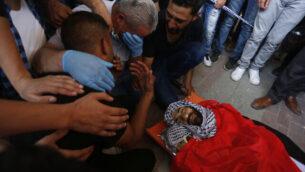 مشيعون خلال جنازة إبراهيم أبو يعقوب (29 عاما)، الذي قُتل رميا بالرصاص في ظروف غير واضحة بالضفة الغربية، 10 يوليو، 2020. (WAFA)