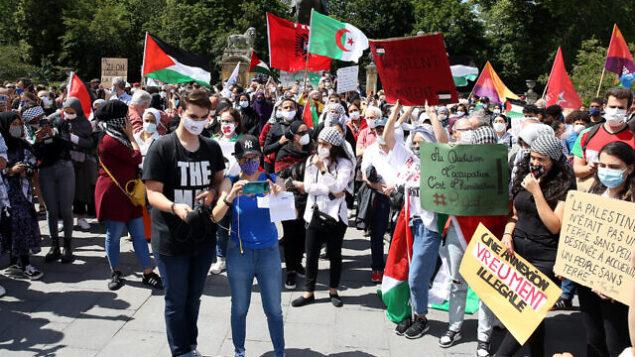 متظاهرون ضد الخطة الإسرائيلية لضم الضفة الغربية خلال مسيرة في بروكسل، بلجيكا، في 28 يونيو، 2020. (Dursun Aydemir/Anadolu Agency via Getty Images via JTA)