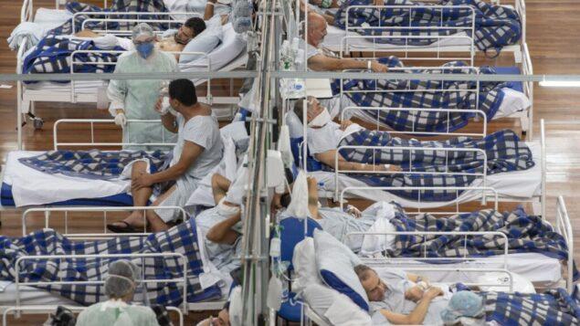 مرضى كوفيد-19 في مستشفى ميداني تم بناؤه داخل صالة رياضية في سانتو أندريه، على مشارف ساو باولو، البرازيل، 9 يونيو 2020. (AP Photo / Andre Penner، File)