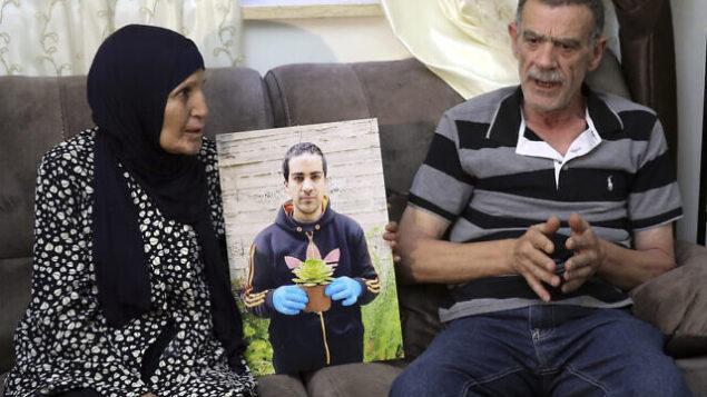 خيري ورنا الحلاق، والدا إياد الحلاق، شاب فلسطيني مصاب بالتوحد قُتل بنيران الشرطة الإسرائيلية، يتحدثان خلال مقابلة في القدس، 3 يونيو، 2020. (Mahmoud Illean/AP)
