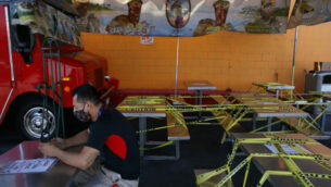 طاولات طعام مغلقة بشريط تحذير بسبب جائحة فيروس كورونا في لوس أنجلوس، 1 يوليو 2020 (AP Photo/Jae C. Hong, File)