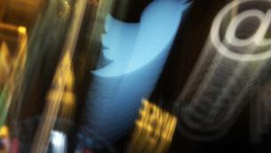 في هذه الصورة التي تم التقاطها في 6 نوفمبر، 2013، يظهر شعار 'تويتر'. على منشور هاتف محدث على أرضية بورصة نيويورك. (AP/Richard Drew)