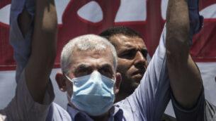 زعيم حركة حماس في قطاع غزة يحيى السنوار، يشارك في مظاهرة ضد الخطط الإسرائيلية لضم أجزاء من الضفة الغربية، في مدينة غزة، 1 يوليو 2020. (AP Photo / Khalil Hamra)