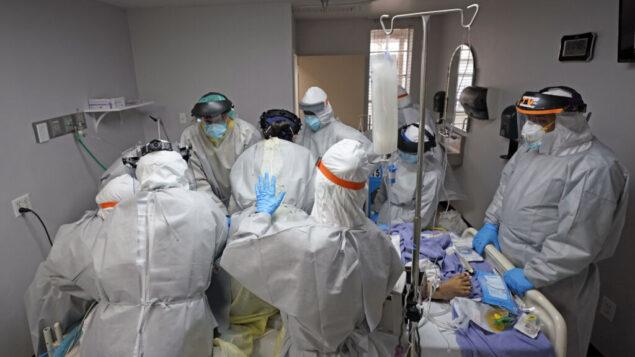طاقم طبي يحاول دون جدوى إنقاذ حياة مريض في وحدة فيروس كورونا في مركز يونايتد ميموريال الطبي في هيوستن، تكساس، 6 يوليو 2020. (AP Photo / David J. Phillip)