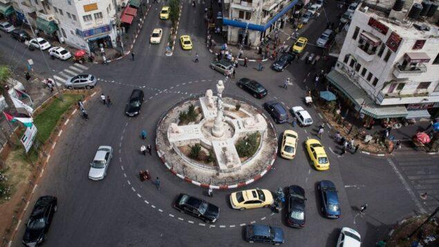 صورة توضيحية: سيارات تمر وسط رام الله (Ilia Yefimovich/Getty Images/JTA)