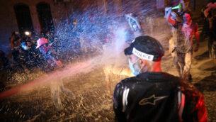 الشرطة تستخدم خراطيم المياه ضد المتظاهرين ضد رئيس الوزراء بنيامين نتنياهو في القدس، 18 يوليو 2020 (Olivier Fitoussi / Flash90)