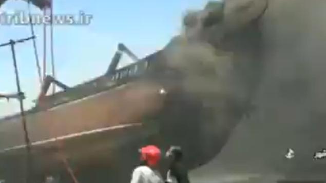 لقطة شاشة من مقطع فيديو يظهر حريق على متن سفينة في ميناء بوشهر بجنوب إيران، 15 يوليو 2020. (Screen capture: Twitter)