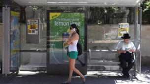 توضيحية: امرأة تتكلم على هاتفها المحمول في محطة حافلات بتل أبيب، 24 أغسطس، 2012.(Yaakov Naumi/Flash90/File)