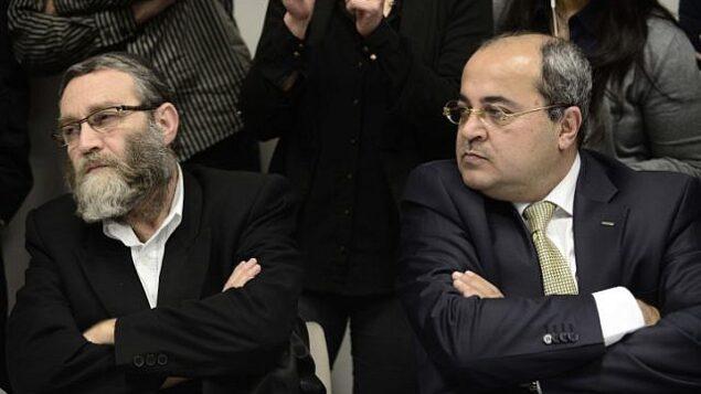 عضو الكنيست أحمد الطيبي (من اليمين) وعضو الكنيست موشيه غافني (من اليسار) خلال جلسة للمعارضة في الكنيست، 9 مارس، 2014.(Tomer Neuberg/Flash90)