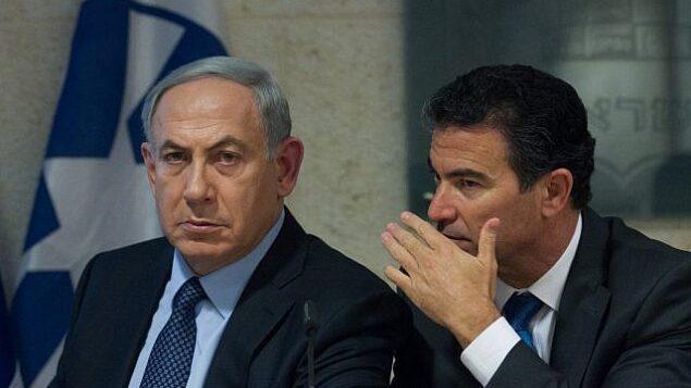 رئيس الوزراء بينيامين نتنياهو (يسار) ومدير الموساد يوسي كوهين في مؤتمر صحفي بوزارة الخارجية في القدس، 15 أكتوبر 2015. (Miriam Alster / Flash90)