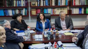وزيرة العدل حينذاك أييليت شاكيد (وسط الصورة) مع رئيسة المحكمة العليا حينذاك ميريام ناؤور (من اليسار) ووزير المالية حينذاك موشيه كحلون في اجتماع للجنة تعيين القضاة في وزارة العدل بالقدس، 22 فبراير، 2017. (Yonatan Sindel/Flash 90)