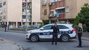 صورة توضيحية: عناصر شرطة في موقع قتل مفترض في حيفا حيث تم العثور على سيدة مقتلوة في 10 يونيو 2018 (Meir Vaknin/Flash90)