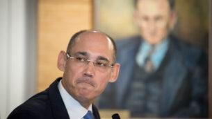 حاكم بنك إسرائيل، أمير يارون، يحضر مؤتمرا صحفيا في 31 مارس، 2019. (Yonatan Sindel/Flash90)