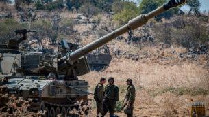 جنود إسرائيليون يقفون بالقرب من مدافع مدفعية تم نشرها على الحدود اللبنانية بالقرب من مدينة كريات شمونا الإسرائيلية، 1 سبتمبر، 2019.(Basel Awidat/Flash90)