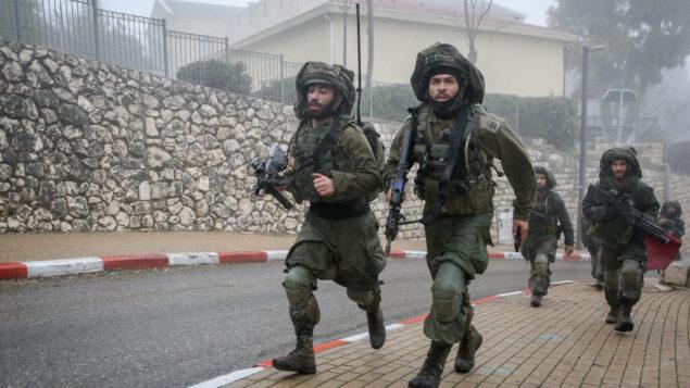 صورة توضيحية: جنود من لواء غولاني يشاركون في مناورة عسكرية في مدينة صفد الشمالية، 12 فبراير 2020. (David Cohen / Flash90)