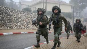 جنود إسرائيليون من لواء 'غولاني' يشاركون في مناورة عسكرية في مدينة صفد شمالي البلاد، 12 فبراير، 2020.(David Cohen/Flash90)