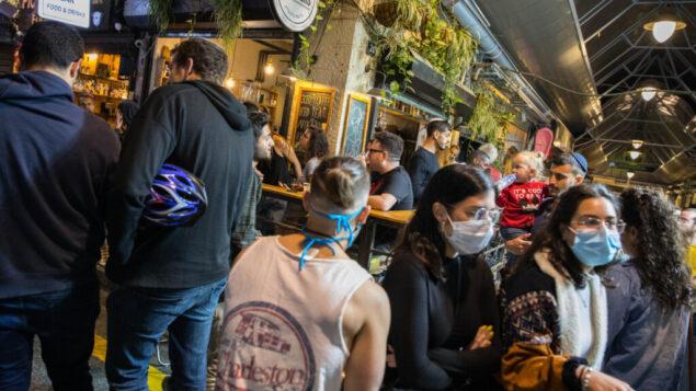 إسرائيليون يجلسون الحانات والمطاعم في القدس، 27 مايو 2020. (Olivier Fitoussi / Flash90)