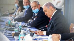 رئيس الوزراء بنيامين نتنياهو، من اليمين، ووزير الدفاع بيني غانتس يترأسان الجلسة الأسبوعية للحكومة، في مقر وزارة الخارجية بالقدس، 7 يونيو،  2020.  (Marc Israel Sellem)